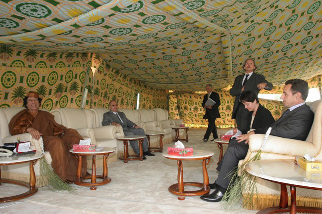 Tripoli, 06 octobre 2005, Nicolas Sarkozy, ministre de l'Intérieur est reçu par Mouammar Kadhafi - AFP / Osama Ibrahim