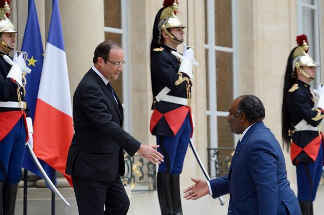 Poignée de main à l'Élysée entre François Hollande et Ali Bongo - Jeudi 5 juillet 2012