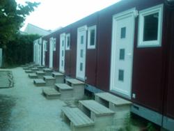 Alignement de bungalow à l'arrière du bâtiment.