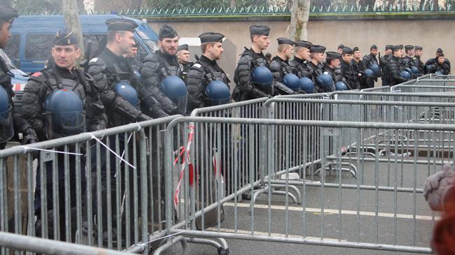 Les gendarmes mobiles bloquent l'accès au ministère du Travail. - E. Manac'h