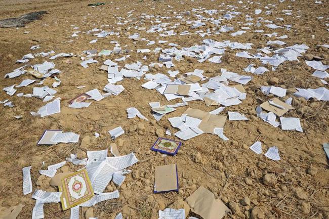 Oakkan, 1 mai 2013, des pages de livres religieux sont éparpillés après l'incendie d'une mosquée. - AFP / Soe Than WIN
