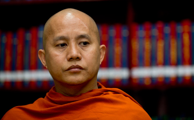 Le moine Wirathu, leadeur du mouvement extrémiste numérologiste « 969 ». - [Capture d'écran->http://www.japantimes.co.jp/news/2013/04/30/asia-pacific/new-numerology-of-hate-takes-root-in-myanmar/#.UYOHzSv_5pR]