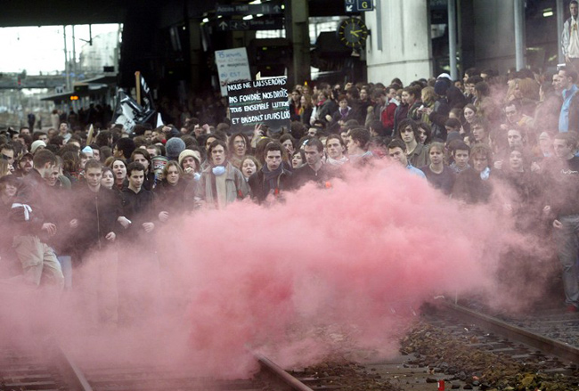 Rennes, 14 février 2006, des étudiants envahissent les voies ferrées. - AFP / ANDRE DURAND