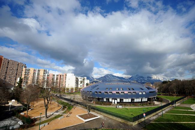 Le collège Lucie Aubrac bordé par 14 hectares de parc, au coeur du quartier de la Villeneuve. - JEAN-PIERRE CLATOT / AFP