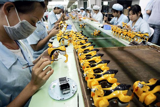 Illustration - Barbie ouvrière, à l'image des travailleurs chinois - Ouvrières chinoises dans une usine de jouets de la province du Guangdong, sud de la Chine (Wang kai shsh / Imaginechina)