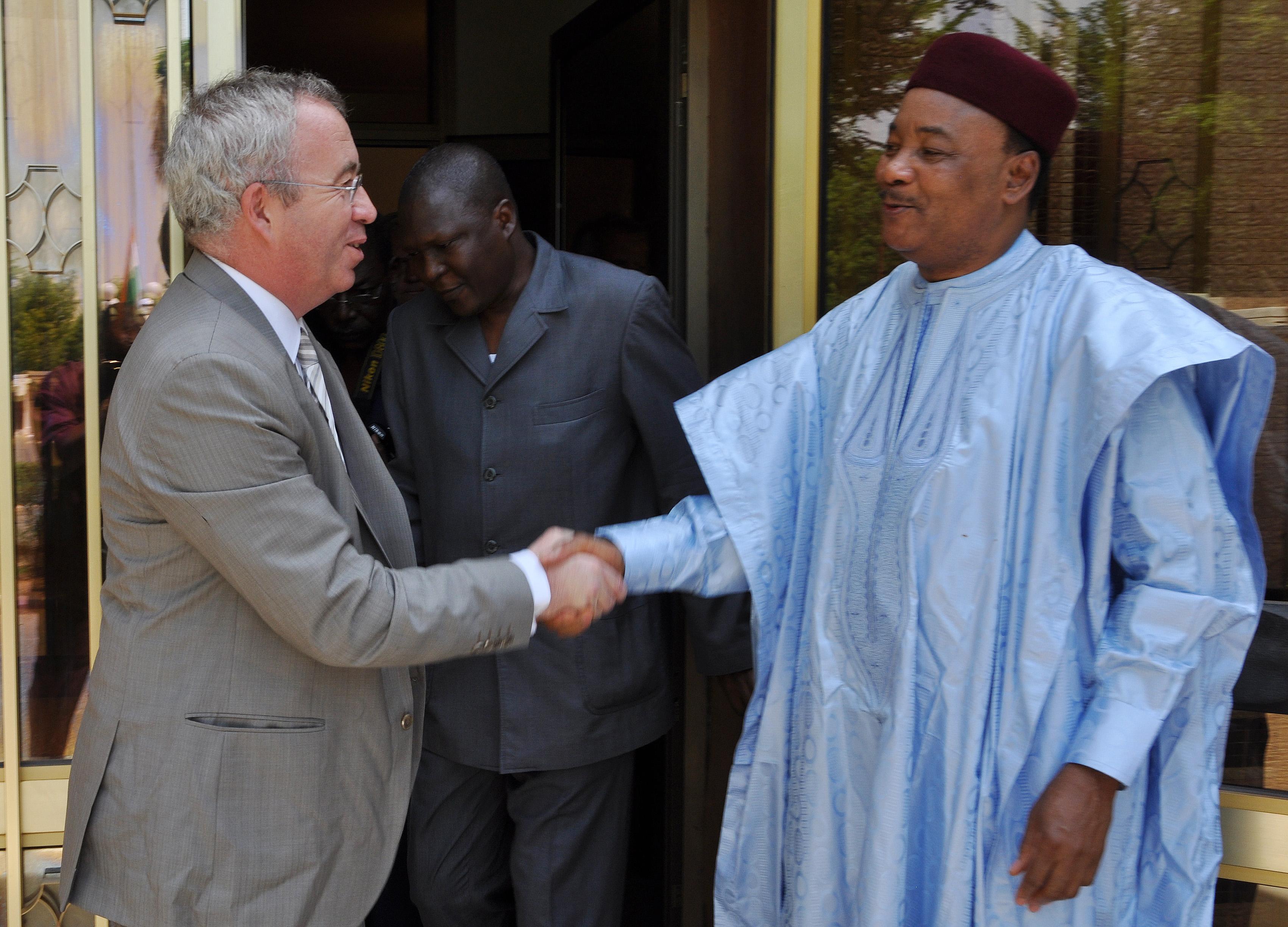 Niamey, 25 mai 2013 : le président du directoire d'Areva, Luc Oursel, salue Mahamadou Issoufou, le président nigérien. - STRINGER / AFP
