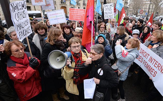 Illustration - IVG : la protestation contre le projet de loi espagnol s'organise - Manifestation du Planning Familial à Paris, devant l'ambassade d'Espagne le 27 décembre 2014 (AFP/Pierre Andrieu)