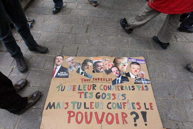 Manifestation contre la «farce électorale», Le 21 avril 2012 devant le Palais Brongniart à Paris. - KENZO TRIBOUILLARD / AFP