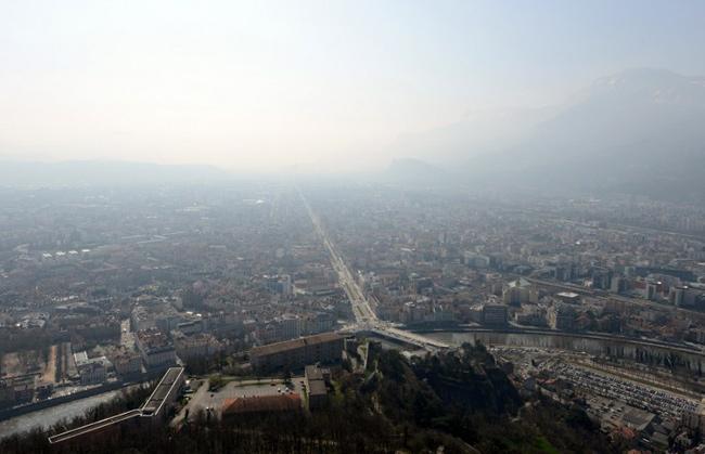 Grenoble, ville coutumière des pics de pollution a été durement touchée par les mesures de restriction, dix jours avant le premier tour des municipales. - JEAN-PIERRE CLATOT / AFP