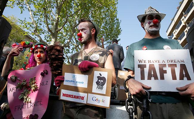 Illustration - La grogne des collectivités contre le grand marché transatlantique - Manifestation contre le Partenariat transatlantique à Paris, le 10 avril 2014 (PATRICK KOVARIK / AFP)