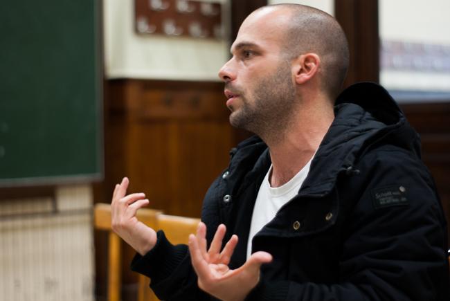 Xavier Chiarelli, guichetier en grève du bureau de Levallois, secrétaire départemental adjoint SUD Poste 92, anime le débat. - Crédit : Sicard Tristan