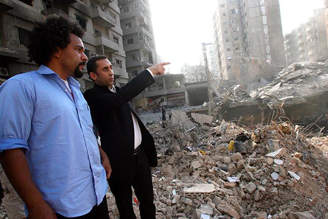 Illustration - Attentats : les conspirationnistes sont déjà à l'œuvre - Thierry Meyssan en visite avec Dieudonné, dans les faubourgs sud de Beyrouth, le 29 août 2006 (AFP PHOTO/HAITHAM MUSSAWI)
