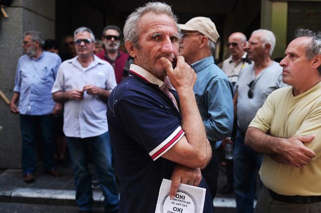 """Manifestation pour le """"non"""", le 1er juillet à Athènes. - LOUISA GOULIAMAKI / AFP"""