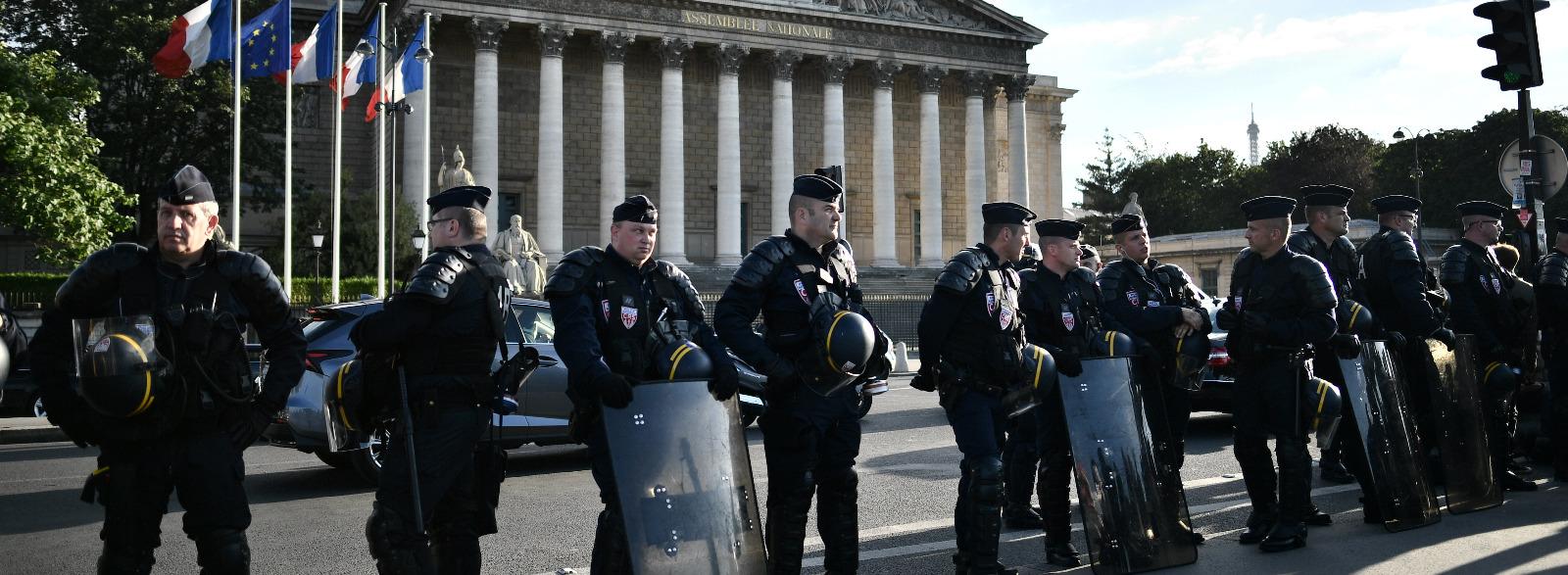 http://static.politis.fr/medias/articles/2016/07/la-realisatrice-mariana-otero-arretee-pour-avoir-filme-la-chose-publique-35087/thumbnail_hero-35087.jpg