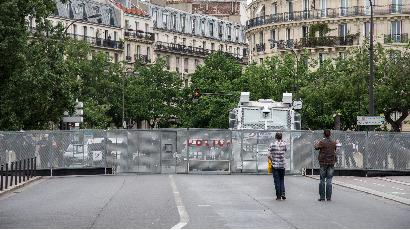 Valls-Cazeneuve : ceux qui ont interdit la rue à nos enfants !