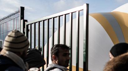 Centre pour migrants à Paris : la dystopie d'Utopia 56