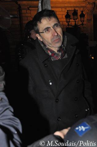 Pierre Carles en discussion avec un agent des forces de l'ordre.