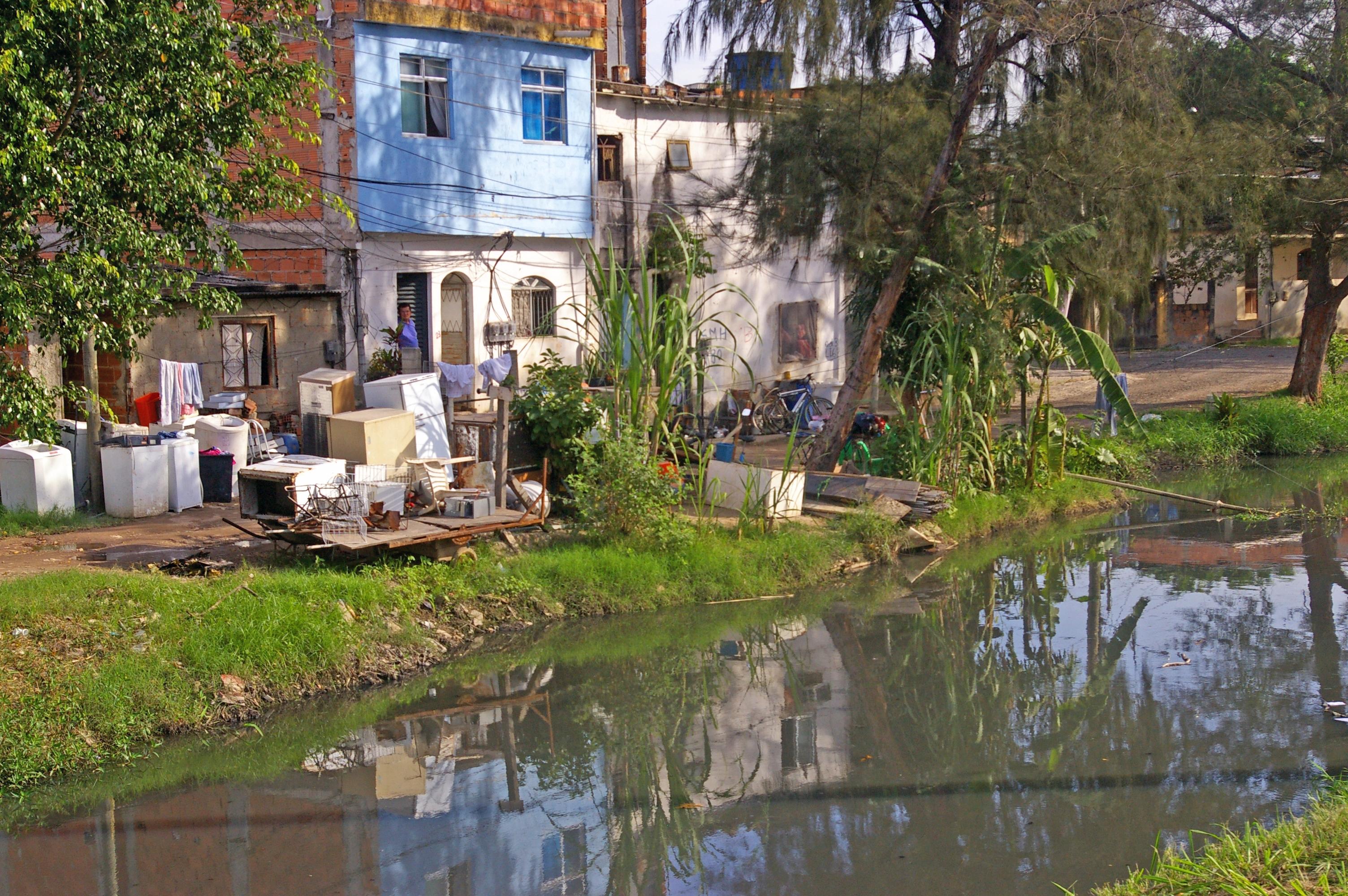 Une rivière hautement polluée prés de la conférence - Jamais les délégués et les militants n'ont remarqué cette rivière qui pue et empoisonne des centaines de Brésiliens à quelques centaines de mètres de la conférence