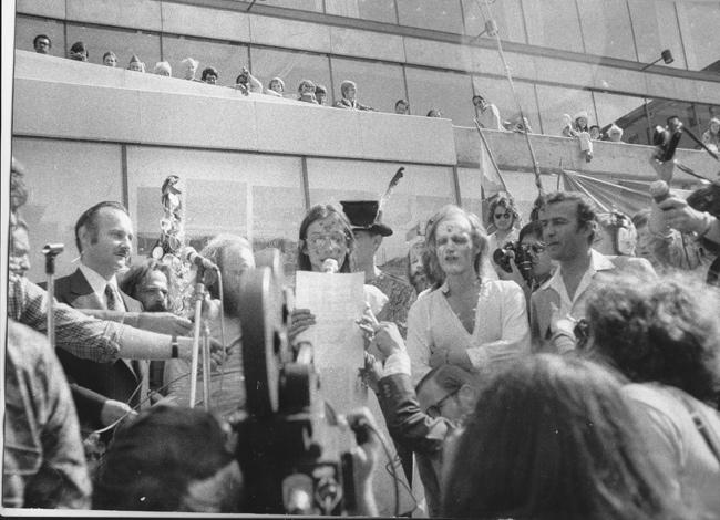 Le responsable de la conférence de Stockholm, Maurice Strong, et le défilé des jeunes. Sans un seule policier à l'horizon.