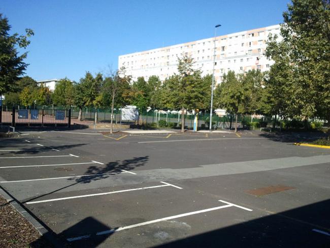 Sur le parking de l'école Jean de La Fontaine, une témoin dit avoir assisté à l'immobilisation violente de Wissam El Yamni. - E.M