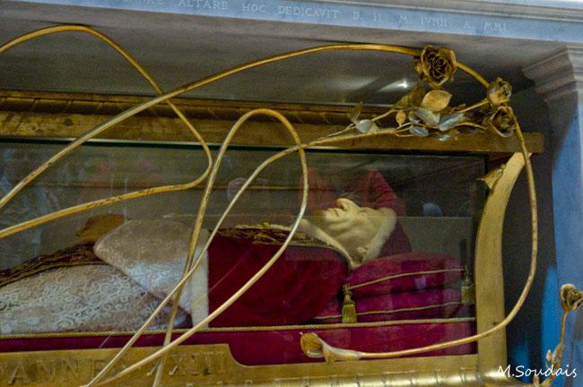 Illustration - Valls au Vatican pour la canonisation de deux papes, le PS choqué - Tombeau de Jean XXIII, basilique Saint-Pierre de Rome.