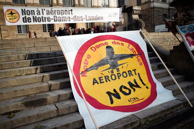 Illustration - La plate-forme des mouvements contre les grands projets inutiles - Banderole déployée devant la Cour d'appel de Rennes, le 7 janvier 2015 (AFP PHOTO / DAMIEN MEYER)