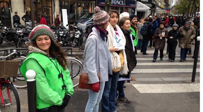 Illustration - A Paris, une chaîne humaine bon enfant et une manifestation tendue