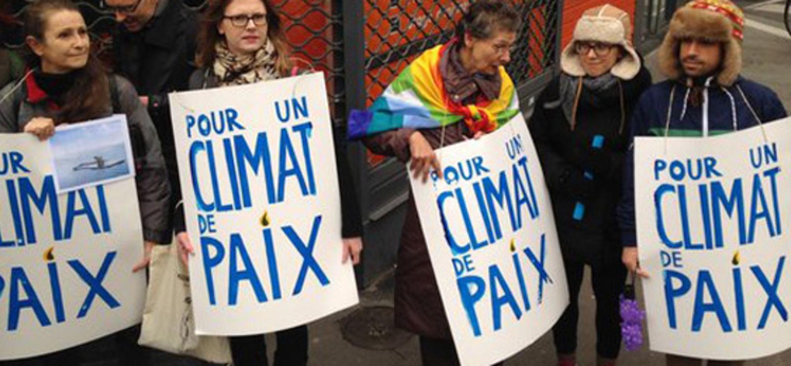 A Paris, une chaîne humaine bon enfant et une manifestation tendue