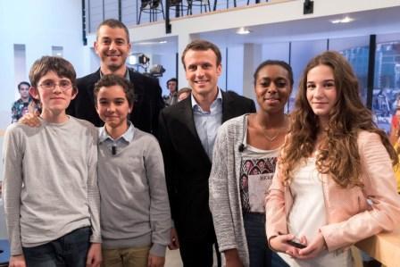 Zachary, Ayoub, Elodie et Katarina en compagnie d'Ali Baddou et Emmanuel Macron. Crédit:  Jeff Lanet/Canal +