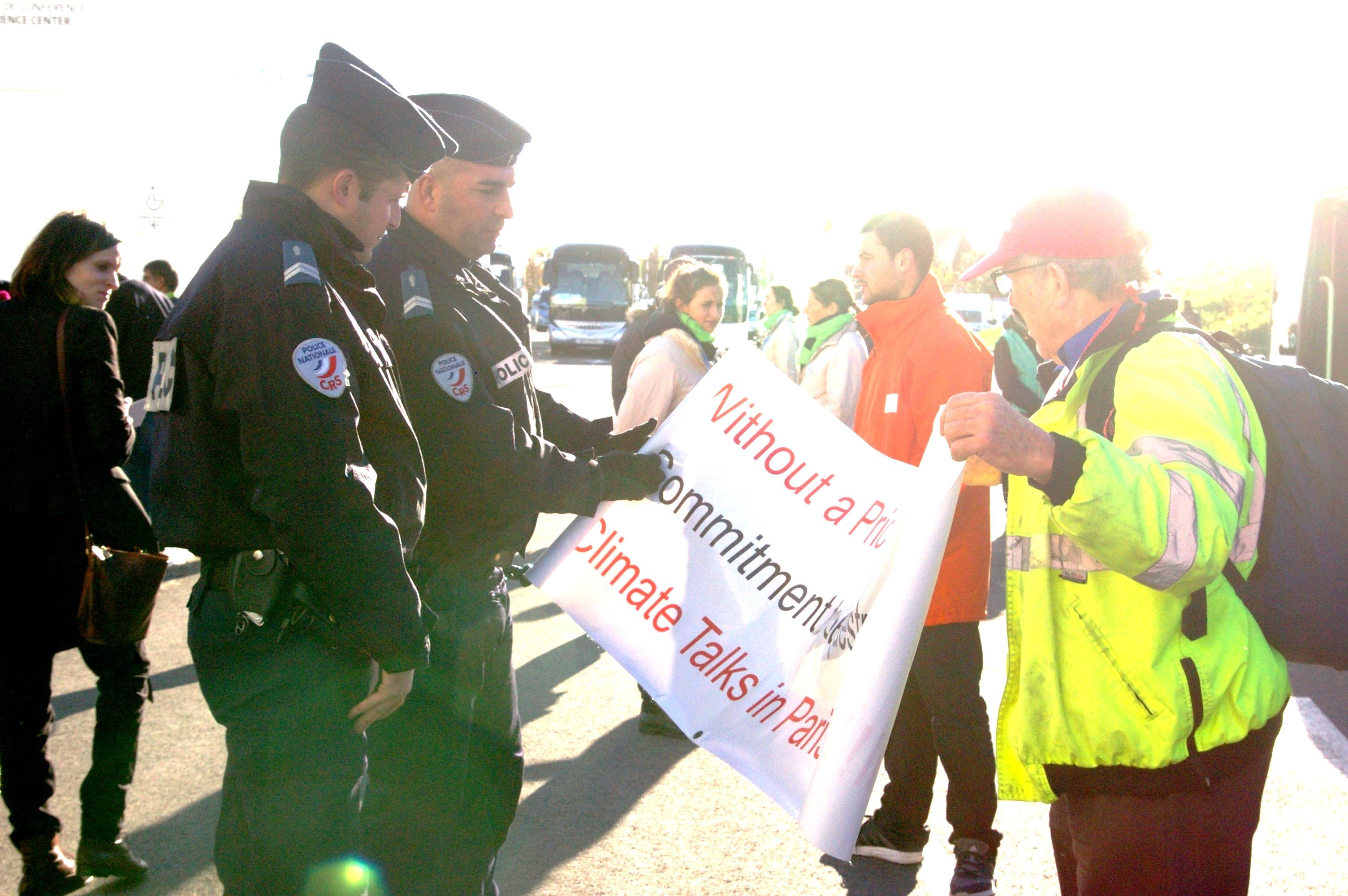 Illustration - Climat: coulisses de la conférence COP 21(6) La police censure les banderoles des militants au Bourget!