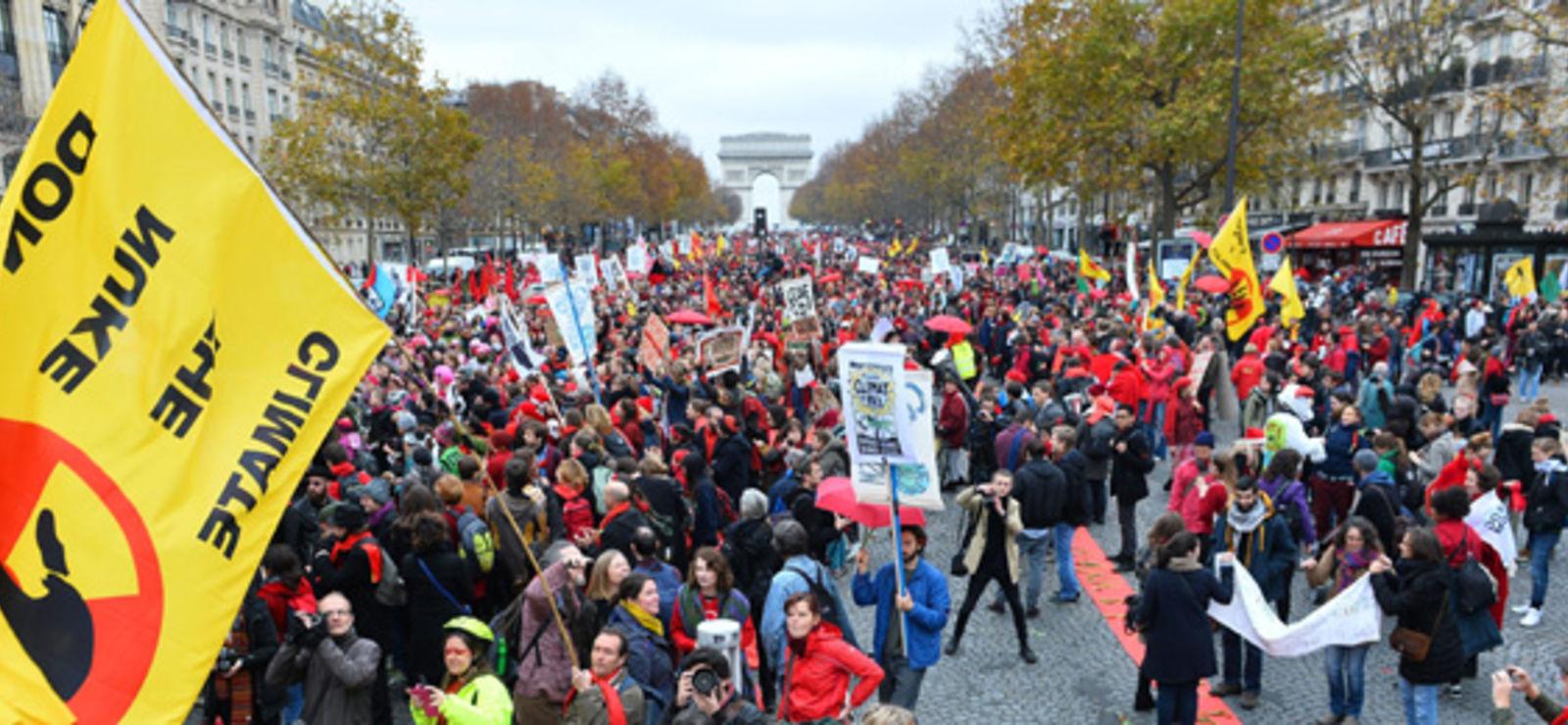 Climat : la société civile s'affiche dans la rue, pacifique et déterminée