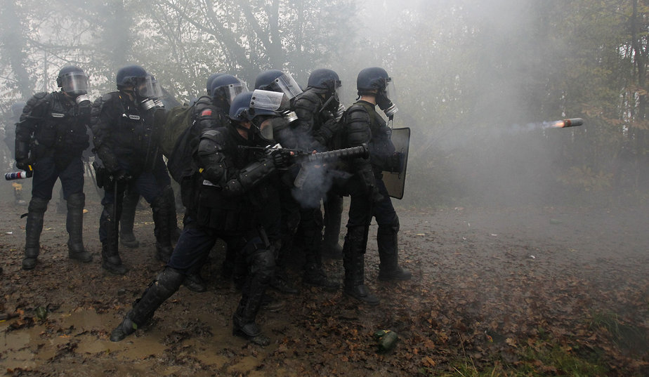 Tir tendu en direction des manifestants - Photo Stephane Mahe/Reuters, sur [Parismatch.com->http://www.parismatch.com/Actu-Match/Societe/Photos/Notre-Dame-des-Landes.-La-gendarmerie-en-force/Zone-interdite-447951/]