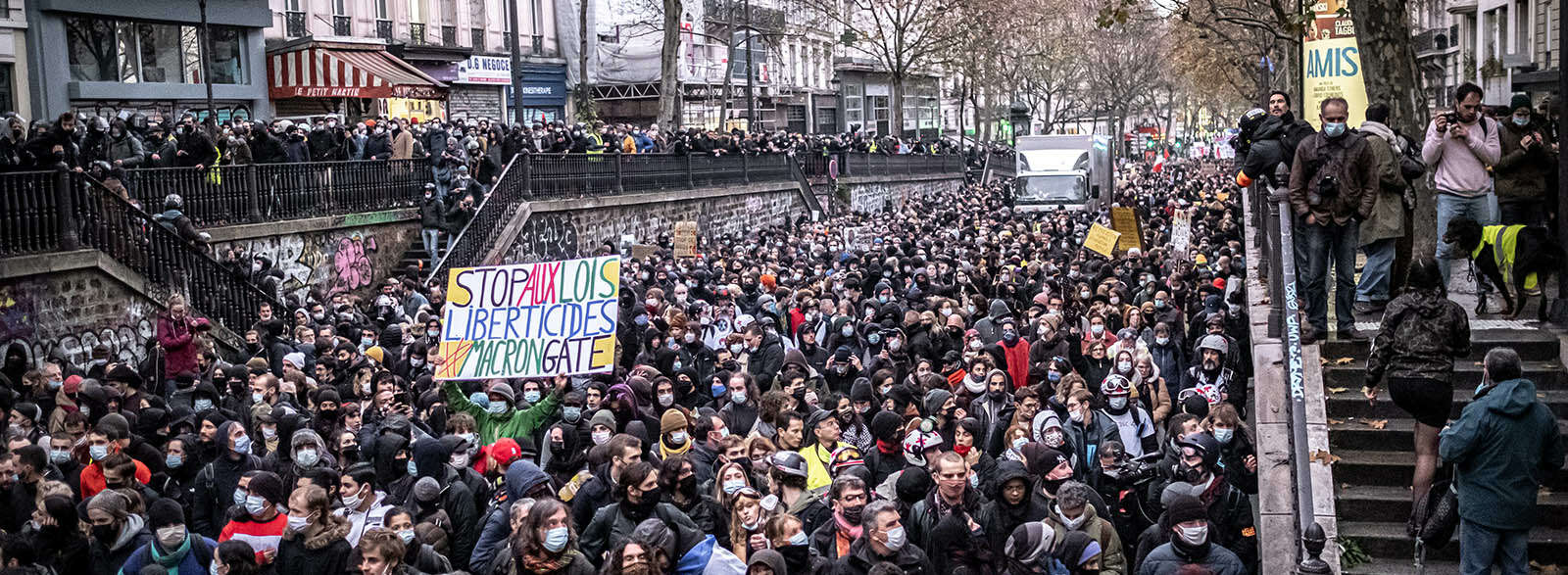 60 000 manifestant·e·s contre les textes liberticides en France, des interpellations arbitraires à Paris