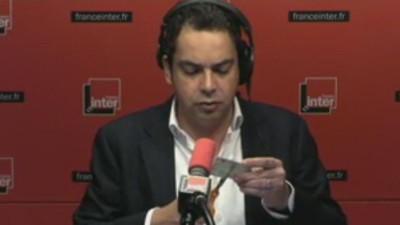 Heureuse initiative : Patrick Cohen (France Inter) déchire sa carte de presse en direct